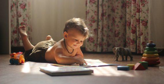 Les avantages d'un tapis d'éveil Montessori